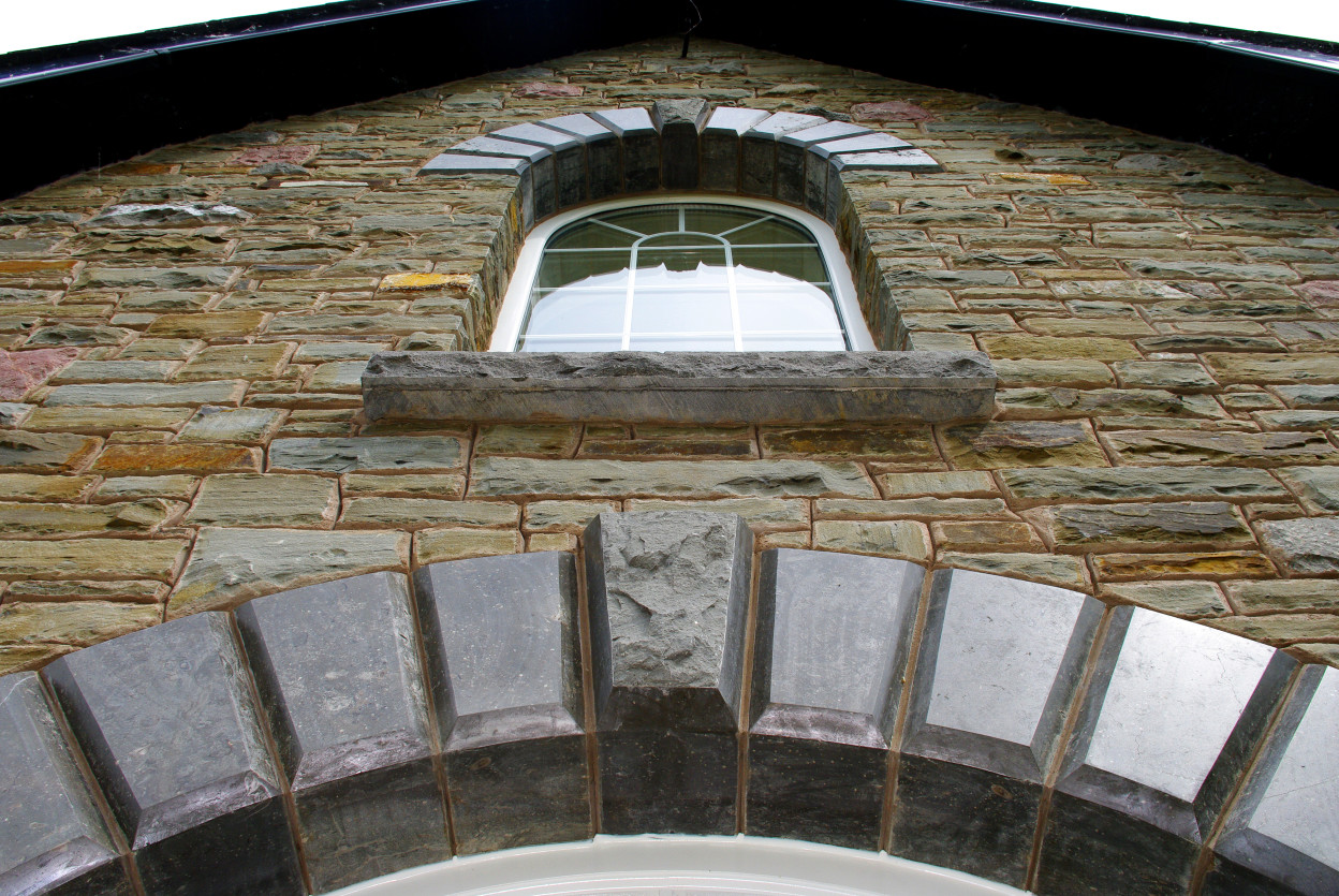 Rock faced Keystone to expose natural facing stone