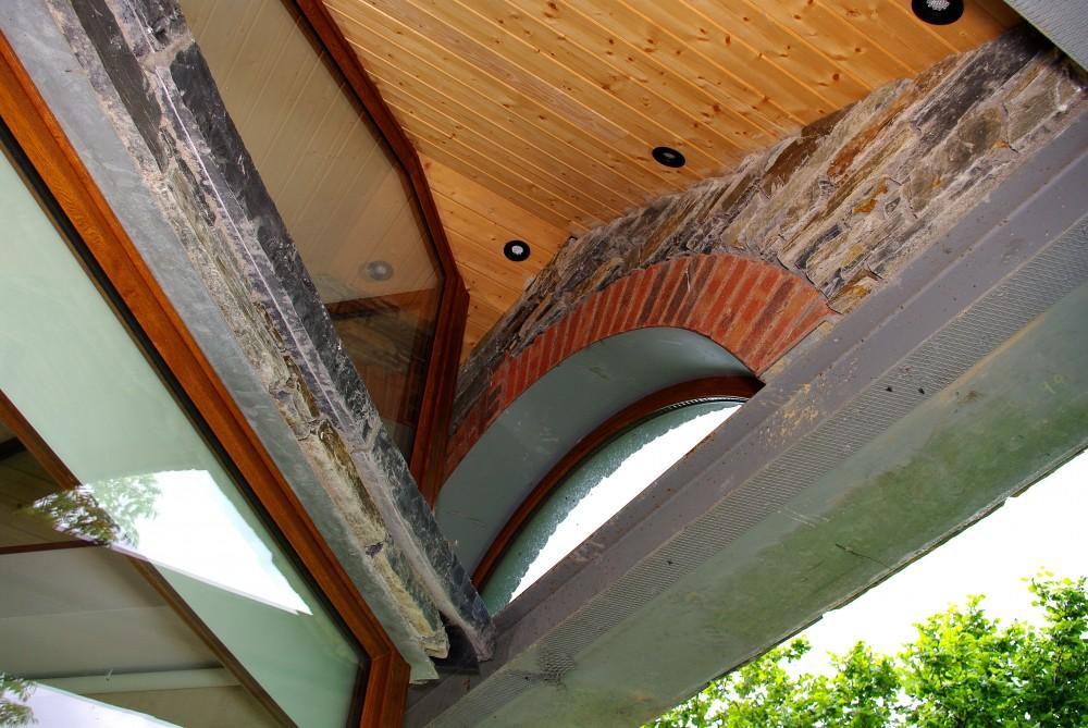 Red brick arch built on a keystone lintel