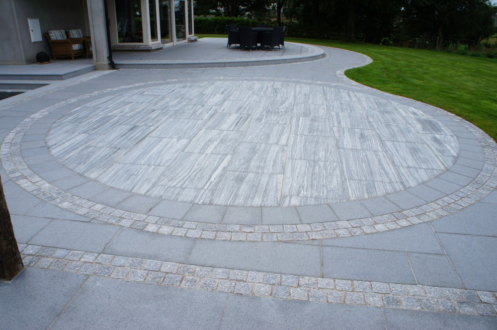 Circle formed using Nero Santiago 900x600 Paving