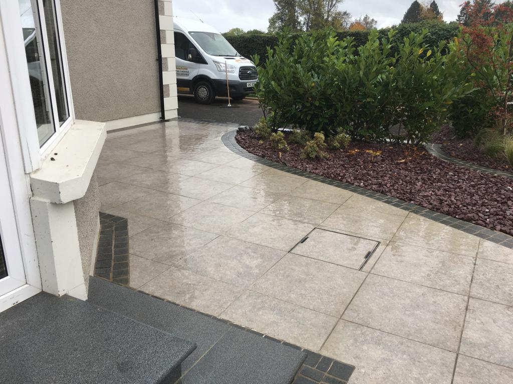Biscuit grey porcelain 600x600 with flamed blue granite cobble border
