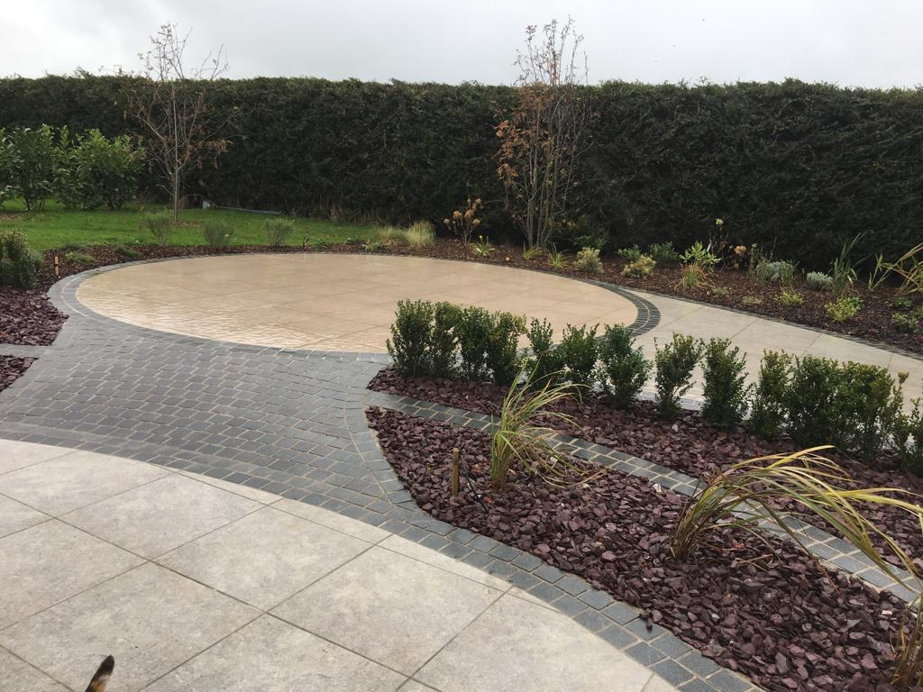 Biscuit Beige Porcelain in circle with Biscuit grey porcelain 600x600 with flamed blue granite cobble border